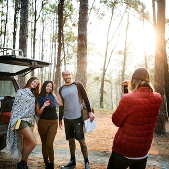 Concepto que acampa del destino del lugar frecuentado de la amistad de la gente que viaja
