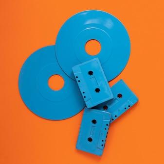 Concepto de radio con discos y casetes antiguos