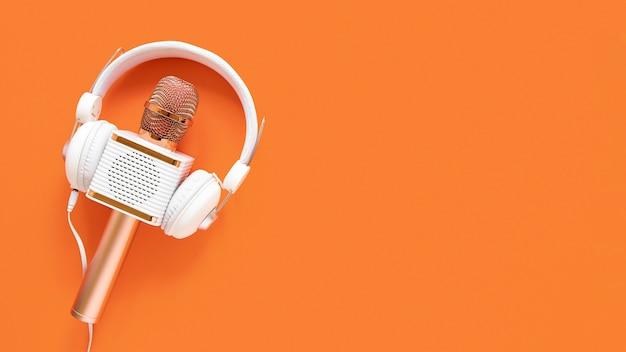 Concepto de radio con micrófono y espacio de copia.