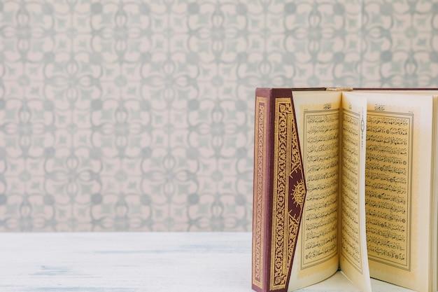Concepto de ramadán con corán y copyspace