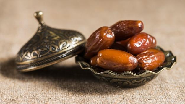 Concepto de ramadan con unos dátiles