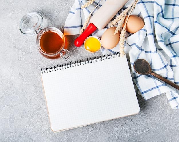 Concepto de receta - cuaderno e ingredientes