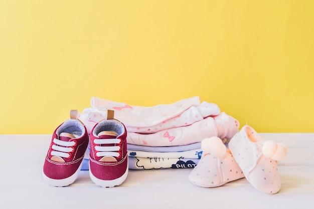 Concepto de recién nacido con ropa y zapatos