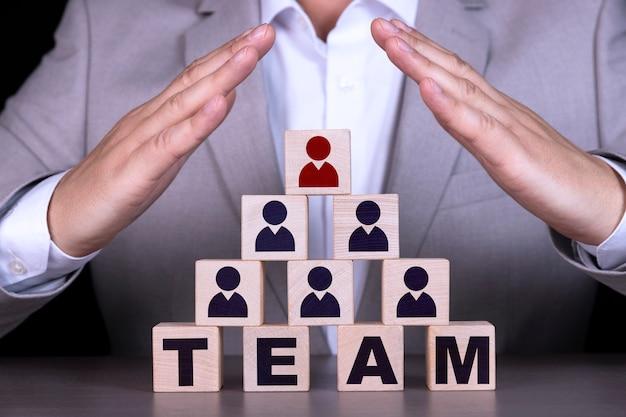 Concepto de recursos humanos y jerarquía corporativa, el equipo de reclutamiento consta de un líder