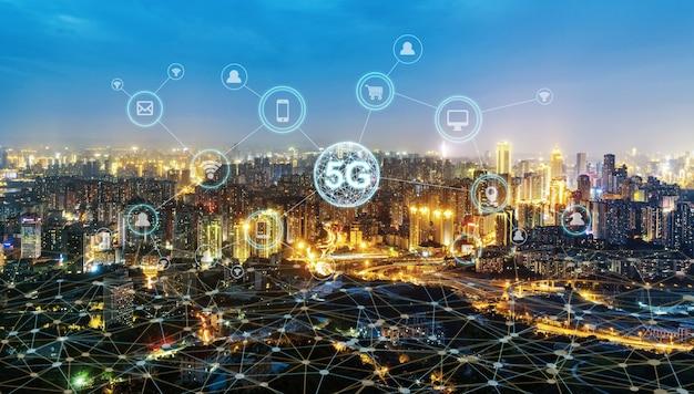 Concepto de red de comunicación inalámbrica panorama de la ciudad moderna