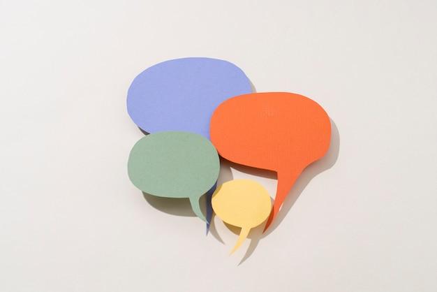 Concepto de redes sociales con burbujas de discurso