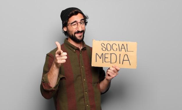 Concepto de redes sociales de joven barbudo