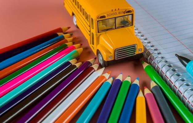 Concepto de regreso a la escuela con autobús y cuaderno, lápiz