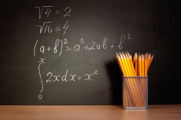 Concepto de regreso a la escuela. concepto de educación: el escritorio en el auditorio