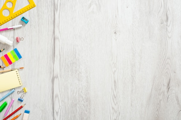 Concepto de regreso a la escuela, diseño creativo con varios suministros sobre fondo de madera