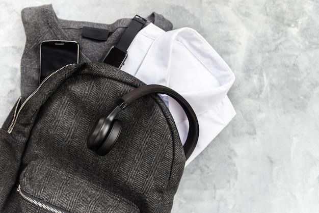 Concepto de regreso a la escuela con dispositivos uniformes y electrónicos.