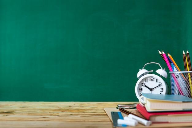 Concepto de regreso a la escuela. lápiz de color y suministros en mesa de madera