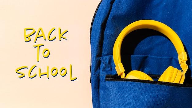 Concepto de regreso a la escuela con mochila y auriculares.