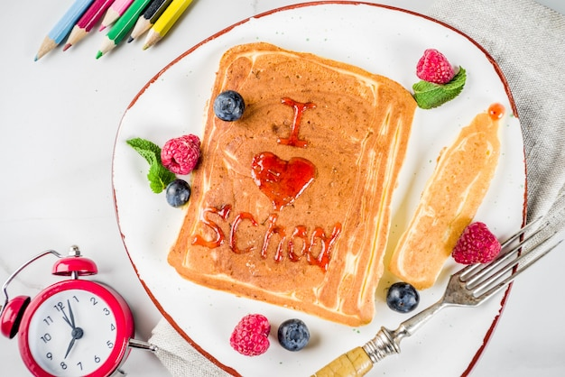 Concepto de regreso a la escuela, panqueques de desayuno
