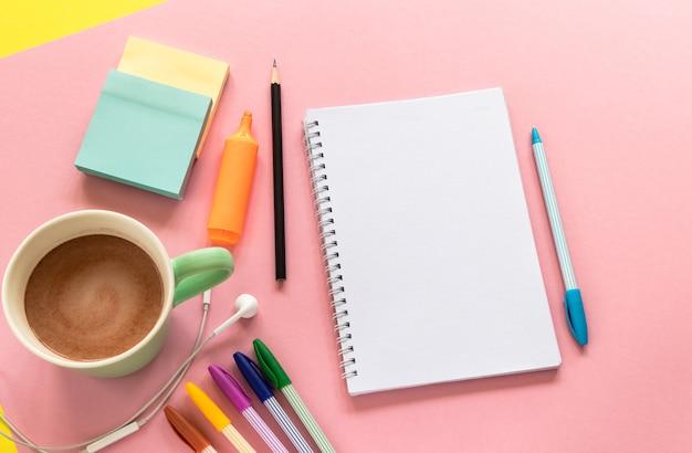 Concepto de regreso a la escuela. papelería en diseño de vista superior con espacio de texto