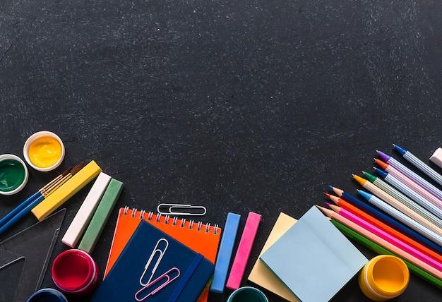 Concepto de regreso a la escuela. papelería sobre el fondo negro