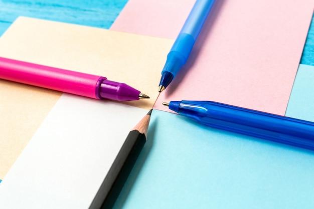 Concepto de regreso a la escuela con papelería, suministros de oficina, bolígrafos, lápices, pinceles, rotuladores, marcadores, clips de papel