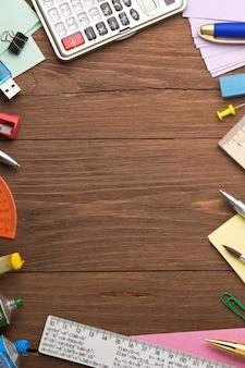 Concepto de regreso a la escuela sobre fondo de madera