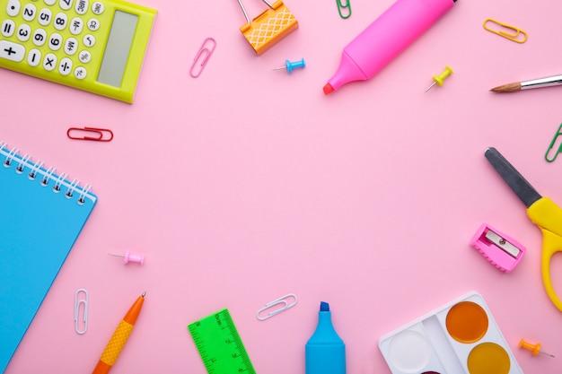 Concepto de regreso a la escuela sobre fondo rosa con espacio de copia