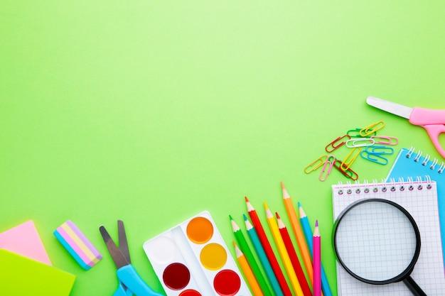 Concepto de regreso a la escuela sobre fondo verde claro con espacio de copia