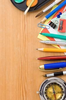 Concepto de regreso a la escuela y suministros sobre fondo de madera