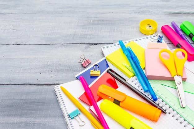 Concepto de regreso a la escuela. útiles de educación escolar en tableros de madera gris