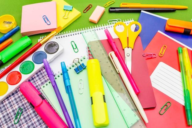 Concepto de regreso a la escuela. útiles de educación escolar