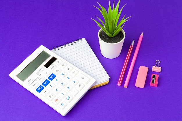 Concepto de regreso a la escuela. útiles escolares y de oficina en la mesa de oficina