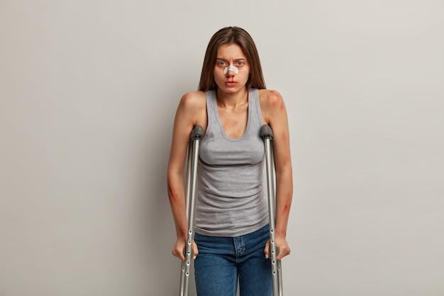 Concepto de rehabilitación de trauma, salud, tratamiento y lesiones.