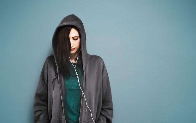 Concepto de la relajación del entretenimiento de los medios de la música que escucha de la mujer