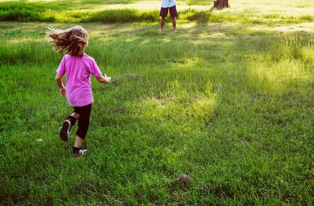 Concepto de la relajación de la unidad de parenting de las generaciones de la familia