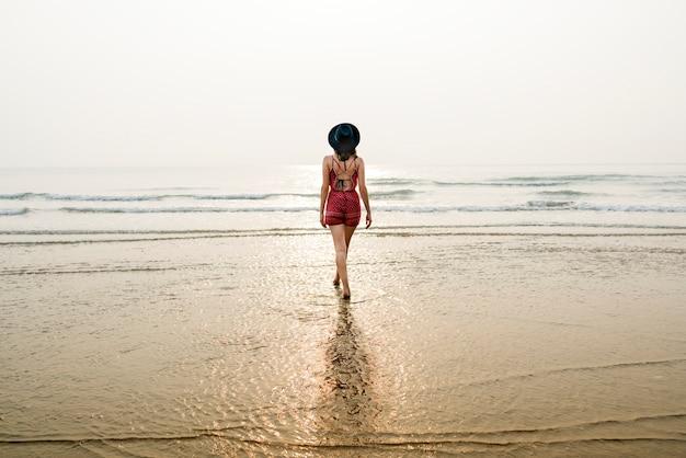 Concepto de la relajación de las vacaciones de las vacaciones de verano de la playa