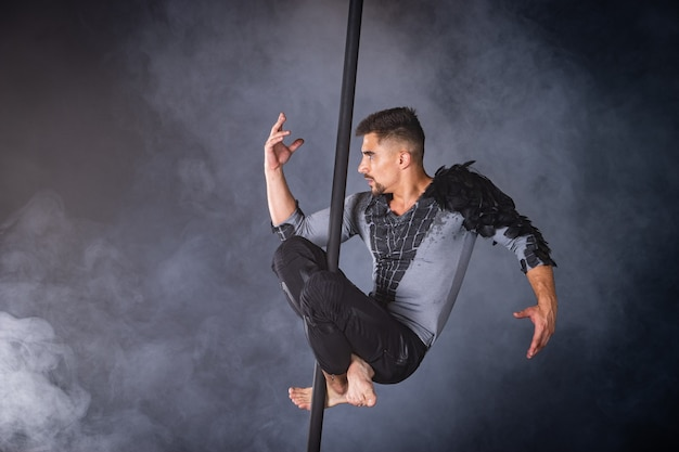 Concepto de rendimiento. hombre colgado de poste chino. atleta realizando poste volador.