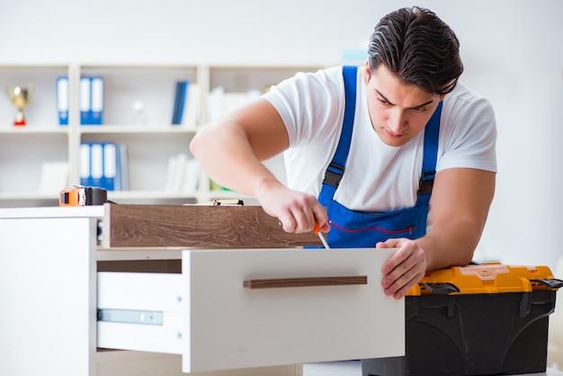 Concepto de reparación y montaje de muebles.