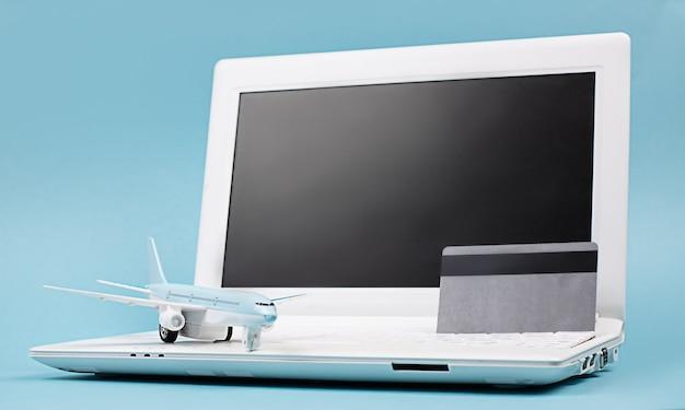 Concepto reserva online de billetes de avión planificación de viajes pago de pedidos a través de internet