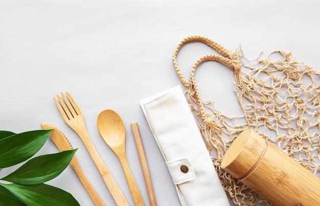Concepto de residuos cero, juego de cubiertos de bambú