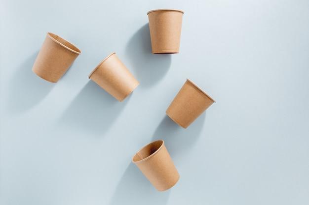 Concepto de residuos cero con vasos de papel.