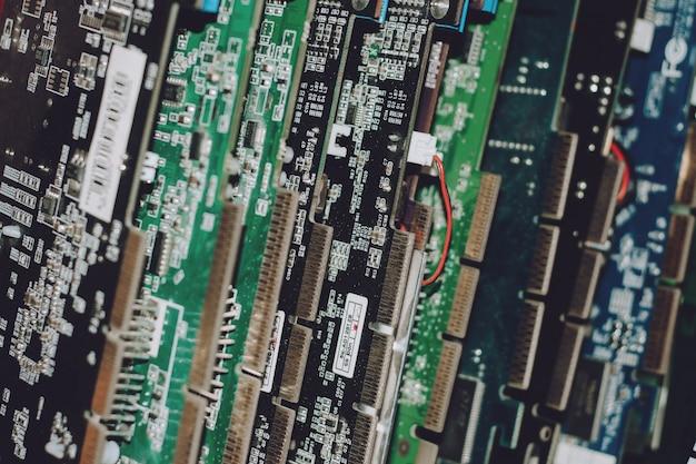 Concepto de residuos electrónicos. montón de desechos electrónicos