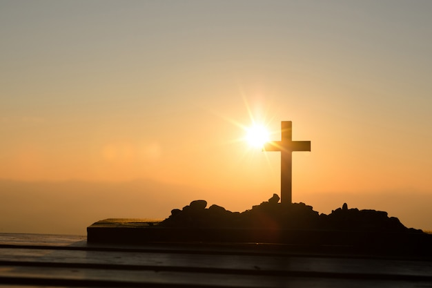 Concepto de resurrección: crucifixión de jesucristo, cruz al atardecer