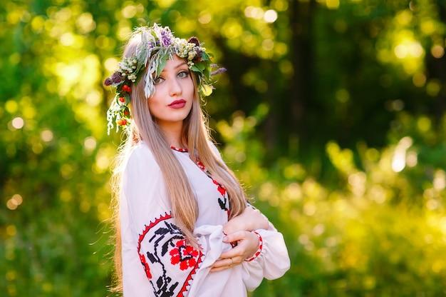 Concepto, retrato de una joven de apariencia eslava