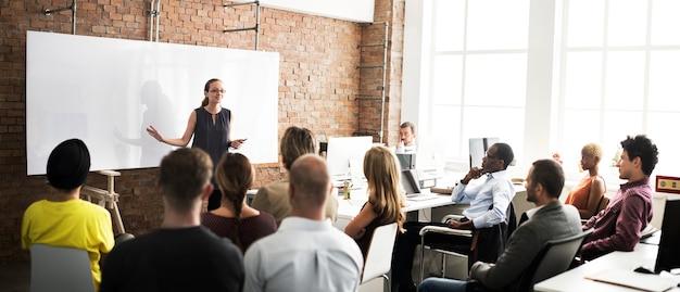 Concepto de la reunión del entrenamiento del equipo de negocios que escucha
