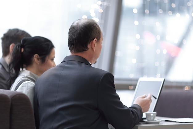 Concepto de reuniones de negocios un equipo de empleados utiliza una computadora portátil para el trabajo