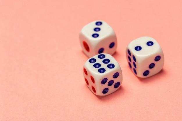 Concepto de riesgo - jugando a los dados