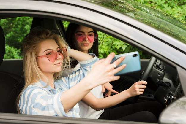 Concepto de road trip con grupo de amigos