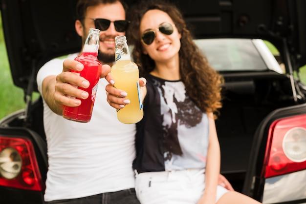 Concepto de road trip con pareja joven