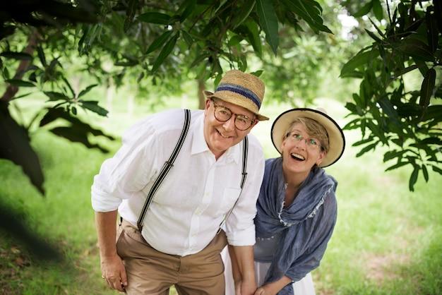 Concepto romántico del parque de olderly happiness