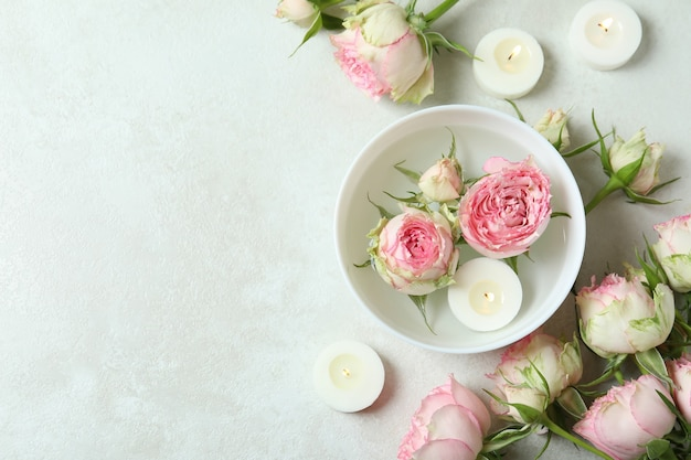 Concepto romántico con rosas en la mesa con textura blanca