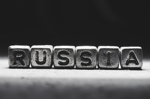 Concepto de rusia. inscripción 3d en cubos de metal sobre un fondo negro gris aislado