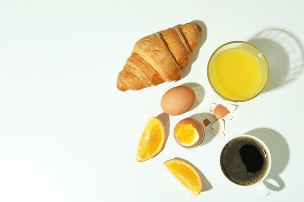 Concepto de sabroso desayuno con huevos duros