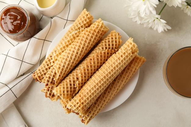 Concepto de sabroso desayuno con rollos de obleas con leche condensada